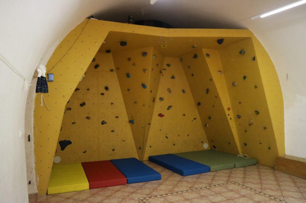 Kopec-keskuksessa on oma kiipeilyseinä. Adventor järjestää yhteistyössä paikallisen kiipeilyseuran kanssa kiipeilytunteja kirjolaisille myös keskuksen ulkopuolella.