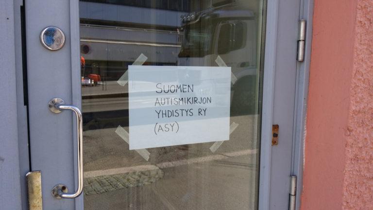 ASY:n toimiston väliaikainen nimikyltti.